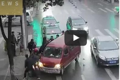 بالفيديو.. سيارة تدهس امرأة على الطريق بشكل مروع