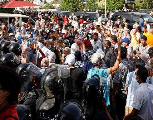 شاهد : مجلس نواب تونس يرفض قرارات سعيد و مناوشات أمام مبنى البرلمان