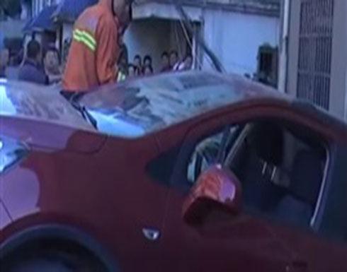 لقطات غريبة لسيارة تتدلى من سطح مبنى (فيديو)