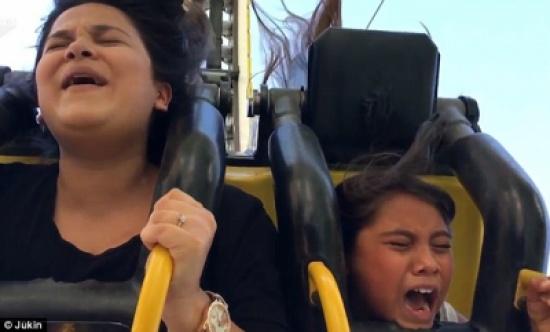 بالفيديو والصور.. امرأة تجبر طفلتها على ركوب لعبة ملاهي خطيرةمل