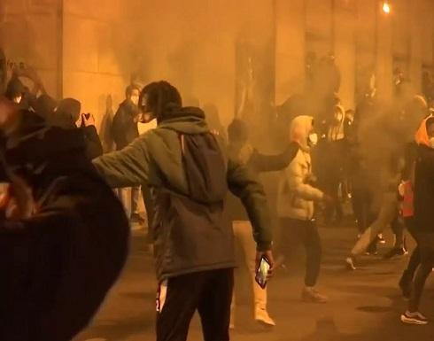 شاهد : اشتباكات بين شرطة بروكسل ومحتجين بعد وفاة شاب أسمر
