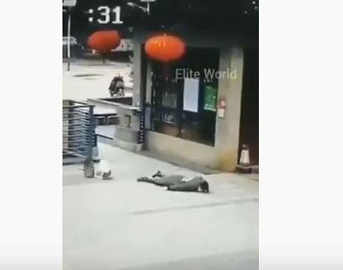 شاهد: تداول مقاطع مرعبة لتساقط المصابين بفيروس كورونا في شوارع الصين
