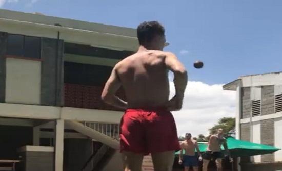 بالفيديو: موقف محرج.. هذا ما حصل معه على المسبح!