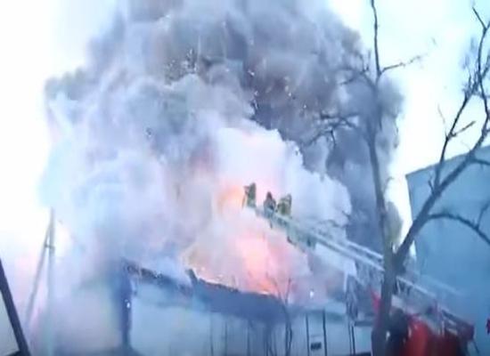 بالفيديو.. لحظة انفجار مصنع للألعاب النارية في روسيا