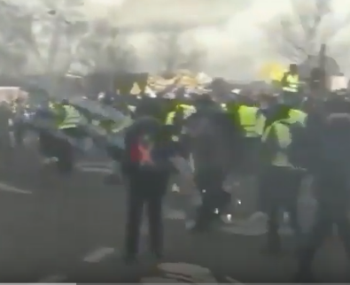 شاهد ..  اشتباكات بين محتجي السترات الصفراء والشرطة