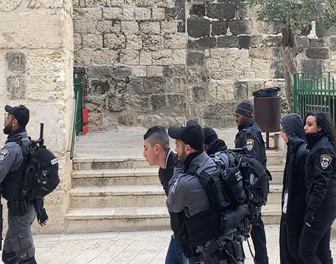بالفيديو : الاحتلال يعتقل 5 فلسطينيين من المسجد الأقصى