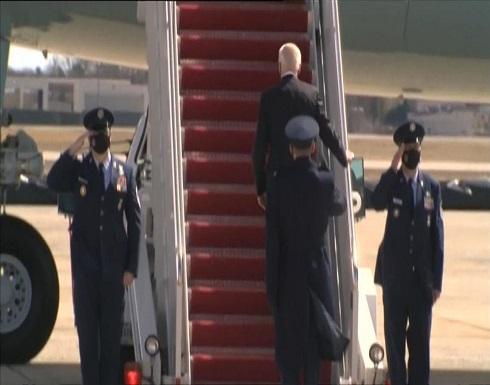 شاهد : بايدن يتعثر 3 مرات ويسقط خلال صعوده درج الطائرة الرئاسية