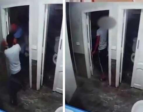 موظف يعتدي بوحشية على طفل من ذوي الإعاقة في مصر .. بالفيديو