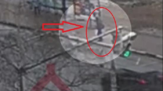 بالفيديو.. كاميرا مراقبة تُصور لحظة ابتلاع الارض لرجل!