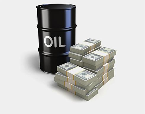 أسعار النفط بأعلى مستوى في عام والدولار ينتعش