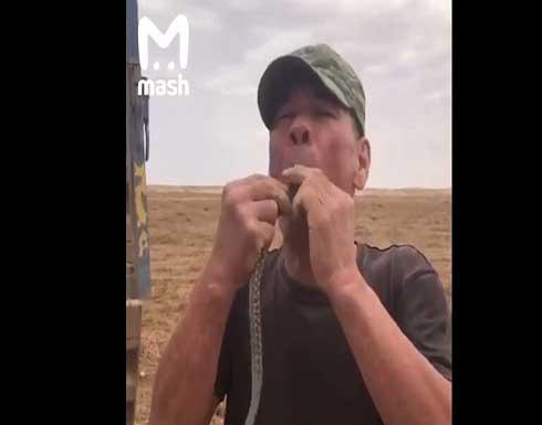 بالفيديو.. وفاة رجل بعد محاولة فاشلة لابتلاع أفعى في روسيا