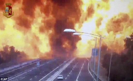 شاهد.. لحظة انفجار ناقلة بترول بالقرب من مطار إيطالي