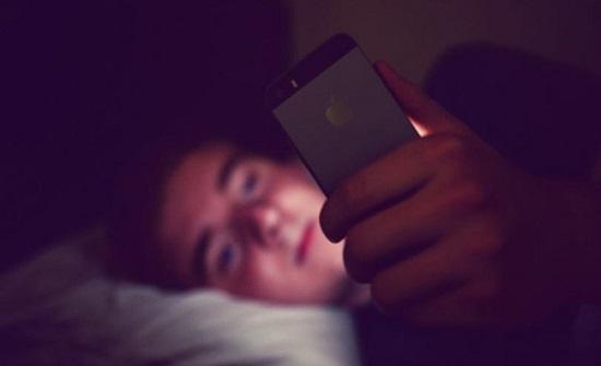 دراسة: استخدام الهاتف ليلا قد يؤدي للإصابة بسرطان الأمعاء
