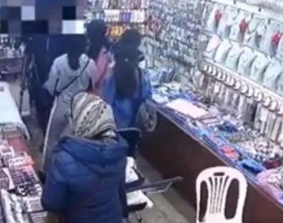 4 فتيات يسرقن محل أدوات تجميل في وضح النهار (فيديو)