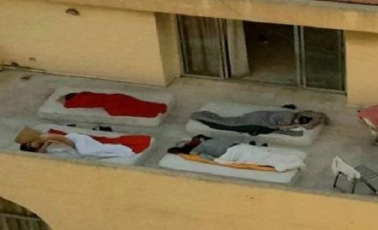 صورة لعائلة لبنانية تنام في شرفة منزلها تثير جدلا واسعا