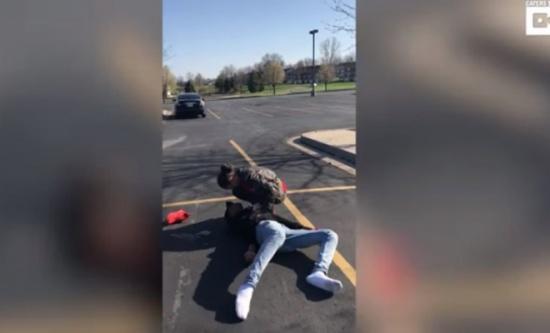 بالفيديو: تظاهر بالموت لخداع صديقته.. ماذا طلب منها؟
