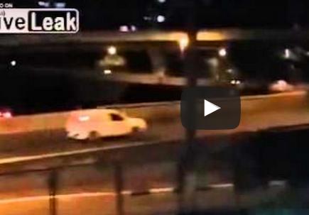 بالفيديو.. قائد سيارة يطيح بـ3 لصوص مسلحين حاولوا سرقته