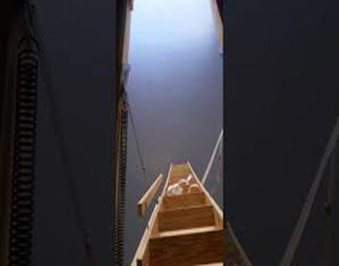 بالفيديو.. لقطات صادمة لعامل يعثر على غرفة سرية داخل منزل