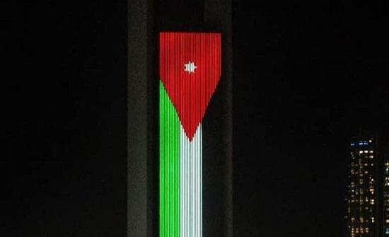 بالصور... أبو ظبي تنير أبرز معالمها بألوان العلم الأردني