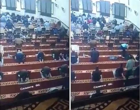 لحظة وفاة رجل أثناء صلاة التراويح في مصر .. بالفيديو