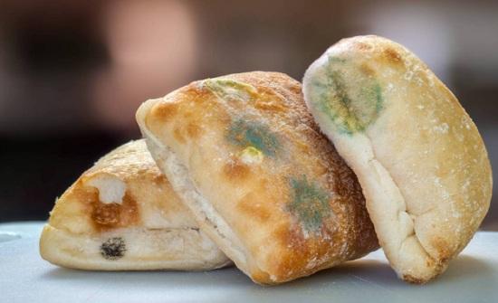 هل تأكلون الجزء السليم من الخبز المتعفن؟ توقفوا وانتبهوا من هذه الأعراض