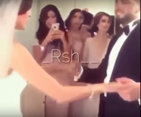 بالفيديو.. عريس يجهش بالبكاء بمجرد رؤيته لعروسه بفستان زفافها