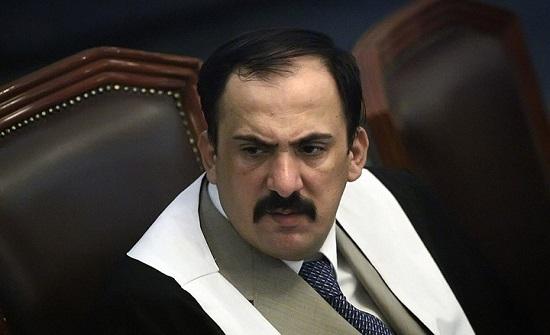 صورة صدّام حسين على أرضية بيت عزاء قاض حاكمه.. وجدل (شاهد)