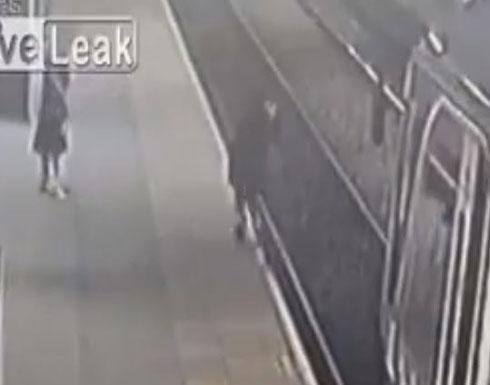 طائر يخدع فتاة ويسقطها من أعلى رصيف القطار (فيديو)
