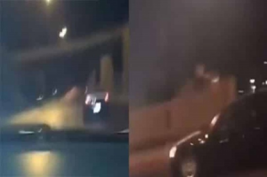 بالفيديو.. كارثة نتيجة تسابق قائدي سيارتين بسرعة عالية وتهور على طريق سريع