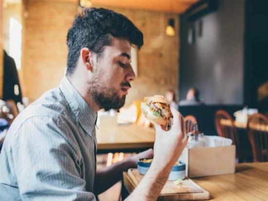 """طرد أمريكي من مطعمٍ في تكساس بسبب """"قميص"""""""