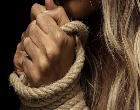 شقيقتان كويتيتان تعتديان على فتاة داخل محل سكنها وصوّرتاها بالهاتف