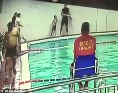 مدرب بلا قلب.. يرمي طفلا مصابا بالتوحد في حمام السباحة.. فيديو