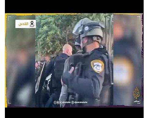 شاهد: مجندة إسرائيلية تعتدي على فلسطينية أمام أطفالها في حي الشيخ جراح بالقدس