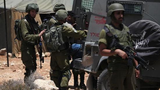 إسرائيل تعتقل 14 فلسطينيا في الضفة الغربية