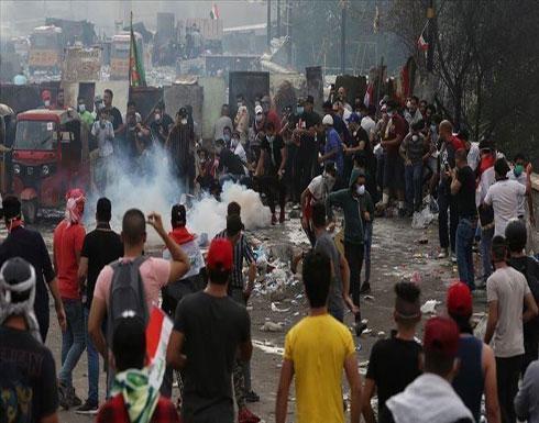 شاهد : محتجون في كربلاء يبعدون أنصار الصدر من ساحة التظاهر