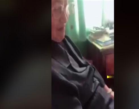 رد فعل طريف لجدة على ارتداء حفيدها الجينز الممزق (فيديو)