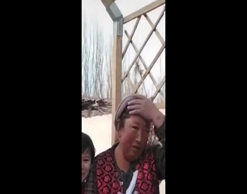 """بالفيديو : الصين تجبر المسلمات على خلع """" الطواقي """" بعد منع غطاء الرأس"""