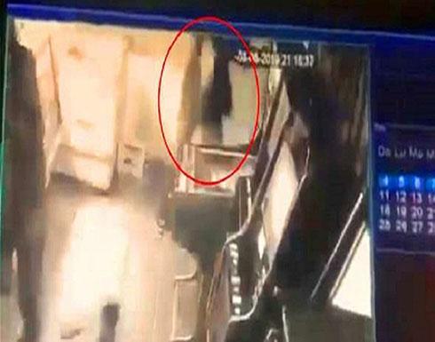 شاهد : غاضب تصوّره الكاميرا وهو يقتل امرأة و4 رجال بأربع ثوانٍ