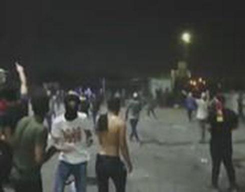 فيديو : متظاهرون يحرقون ما تبقى من مبنى محافظة البصرة
