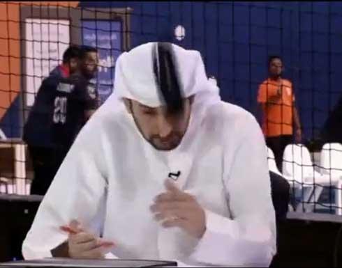 شاهد.. لحظة اصطدام كرة برأس محلل رياضي على قناة كويتية وسقوط عقاله