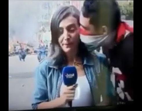 بالفيديو : وسط الإحتجاجات.. قبلة خاطفة لصحافيّة على الهواء مباشرة