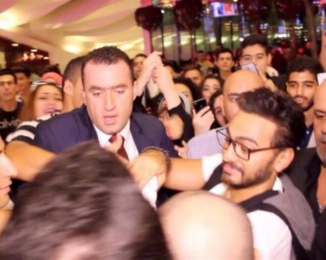 بالصور - نجم عربي يتهم تامر حسني بشراء المعجبات... بالوثائق!