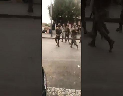 شاهد : الجيش اللبناني يرشق بالحجارة في لبنان