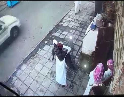 بالفيديو:تفاصيل جديدة حول واقعة سرقة مسن بجازان.. والكاميرات تفضح اللصوص