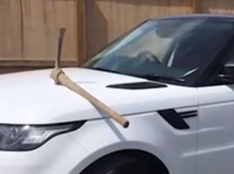 بالفيديو - موظف غاضب ينتقم من مديره.. بتحطيم سيارته !