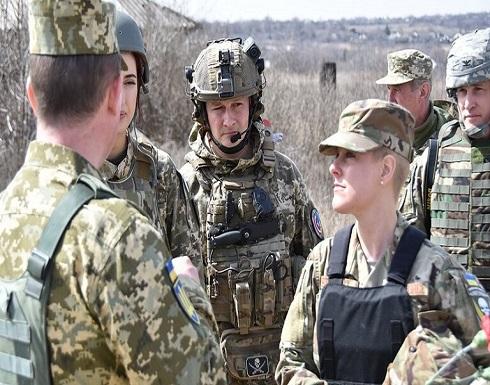 """""""أوكرانيا أو الموت"""".. شارة على بدلة رئيسة وفد أمريكي زار منطقة النزاع في أوكرانيا"""
