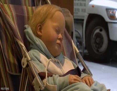 """بالصور.. """"الطفل النائم"""" يثير حيرة الناس في نيويورك"""
