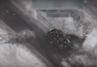 شاهد بالفيديو.. طائرة أمريكية بلا طيار تستهدف دبابة لقوات موالية للجيش السوري