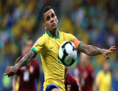 """فيديو : نجم في المنتخب البرازيلي يغني بالعربية مع تامر حسني """"يولع الدنيا"""""""