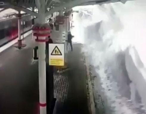 انهيار ثلجي مرعب فوق قطار وركابه (فيديو)